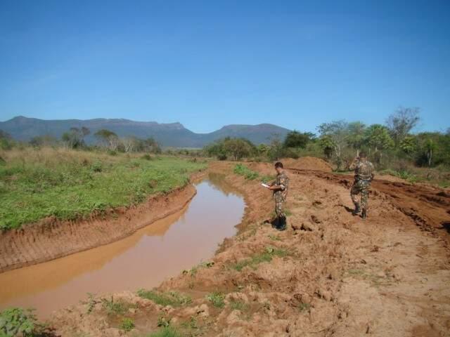 Segundo a PMA, pecuarista destruiu a área das matas ciliares, que são de preservação permanente. (Foto: Divulgação PMA)
