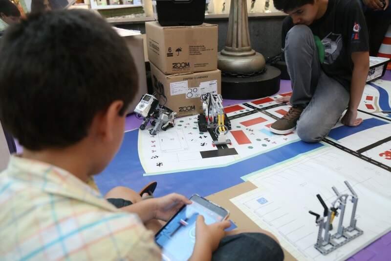 Crianças na oficina de robótica aprendem a construir carros com peças de lego. (Foto: Fernando Antunes)