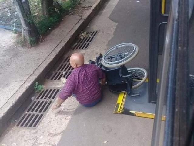 Cadeirante caiu de ônibus que parou longe do meio fio (Foto Direto das Ruas)