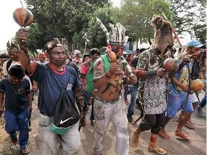 Em protesto, índios paraguaios acusam brasileiro de expulsá-los de terra