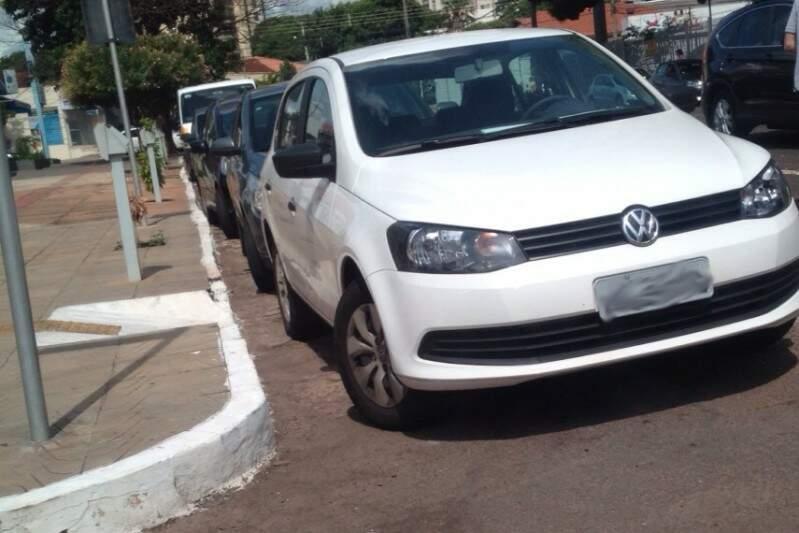 Na Maracaju, o veículo impedia completamente o acesso de cadeirantes.(Foto:Direto das Ruas)