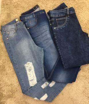 No bazar da loja, calça jeans sai por 109,00.