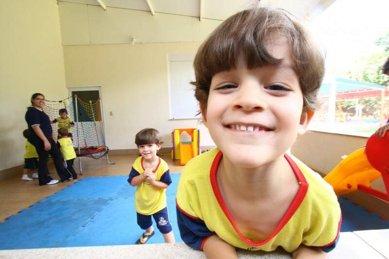 À frente, Benício e ao fundo, Lorenzo. Gêmeos de 4 anos. (Foto: André Bittar)
