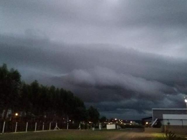 Nuvens carregadas no céu de Campo Grande, no final desta tarde. (Foto: Júnior Gonçalves/ReproduçãoCoclimet)