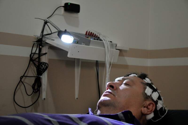 Laboratório monitora o sono do paciente para o diagnóstico preciso.