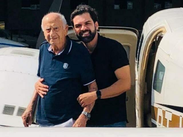 Carlos Alberto Coimbra abraçando o avô (Foto: Arquivo pessoal)