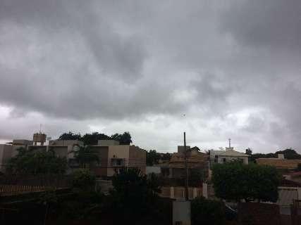 Céu carregado anuncia chegada de tempestade a Campo Grande
