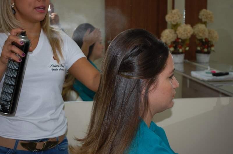 O próprio cabelo disfarça o acessório e ninguém percebe o que tem por baixo. (Foto: Simão Nogueira)