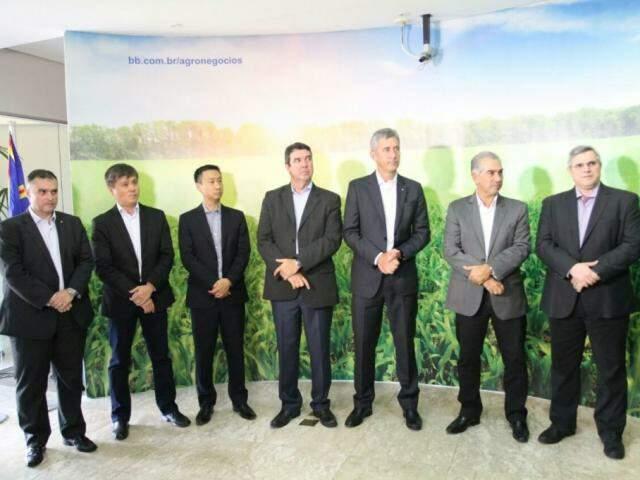 Governador Reinaldo Azambuja com integrantes do governo e Banco do Brasil. (Foto: Saul Schramm).