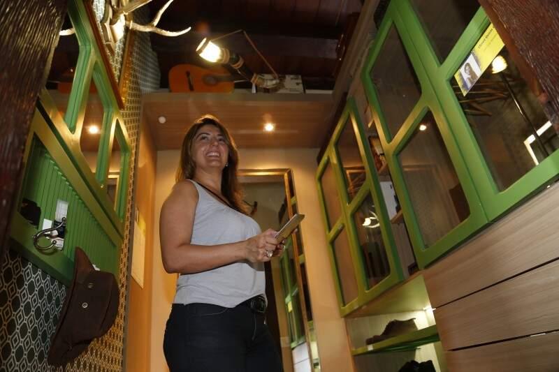No Closet o que chama a atenção é a luminária de berrante criada pela arquiteta Jane Camy Mandetta, para representar a cultura sul-matogrossense de forma inovadora. (Foto: Gerson Walber)