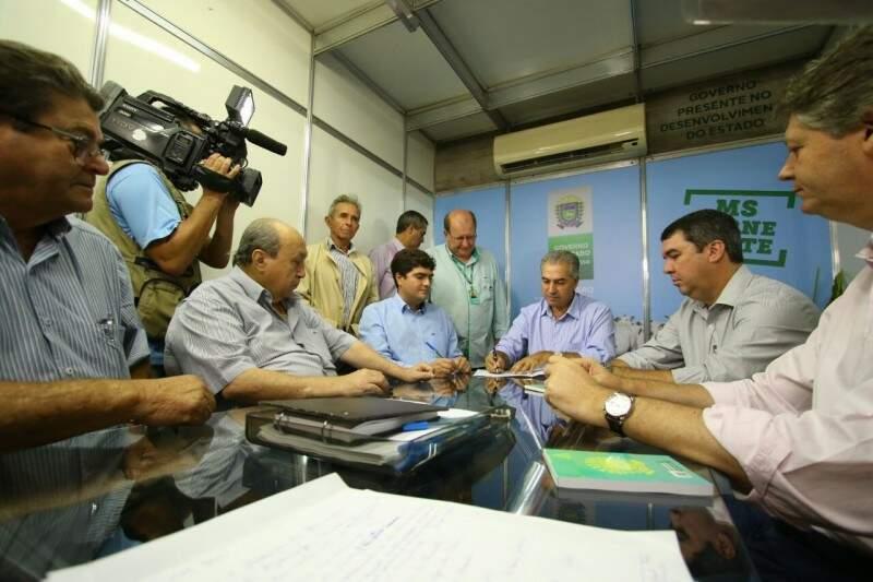 Na Expogrande, Azambuja assinou termo de cessão de uso de patrulhas mecanizadas para os municípios de Nioaque e Ladário (Foto: André Bittar)