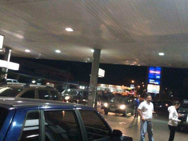 Na Avenida Mascarenhas de Moraes, a fila de carros no Posto Castelo também é grande para o abastecimento dos veículos. O preço do combustível na unidade também é R$ 4,09. (Foto: Direto das Ruas)