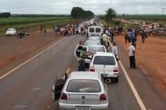 O grupo tinha liberado o tráfego no local até as 13 horas. Porém 13h30 voltaram a bloquear a rodovia BR-463 (Foto: Dourados Agora)