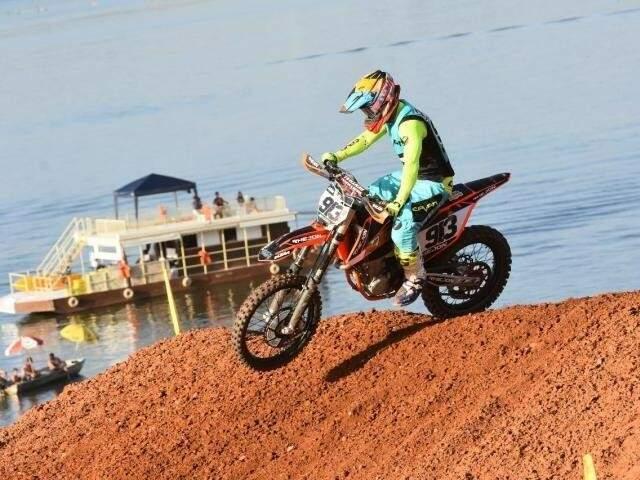 Piloto na pista de motocross pelo Campeonato Brasileiro, em maio. (Foto: Tiago Lopes/Arquivo).