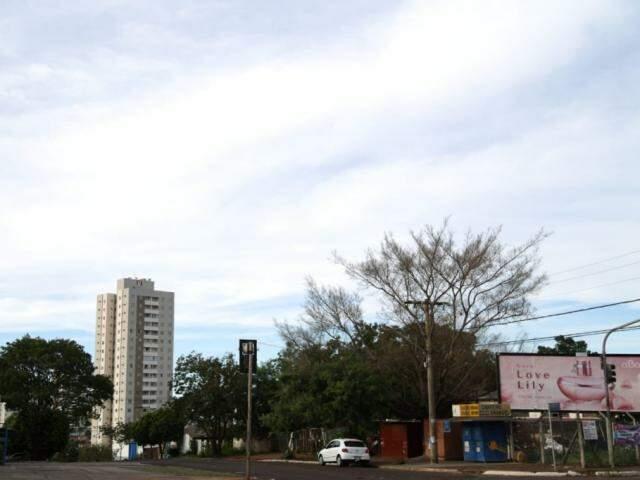 Dia em Campo Grande começa com algumas nuvens; não há previsão de chuva na cidade. (Foto: Paulo Francis)