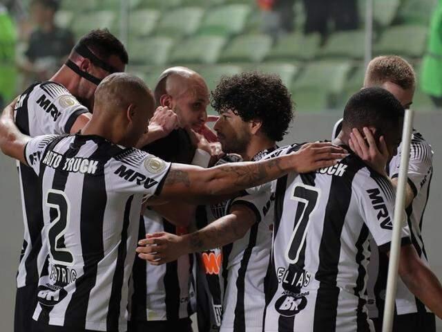 Jogadores comemorando a vitória em campo após a goleada. (Foto: Athetico-MG/FC)