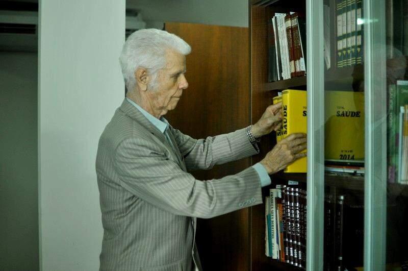 Aos 78 anos, coronel Rubem de Sá Padilha, realizou o sonho de salvar os livros. (Foto: Alcides Neto)