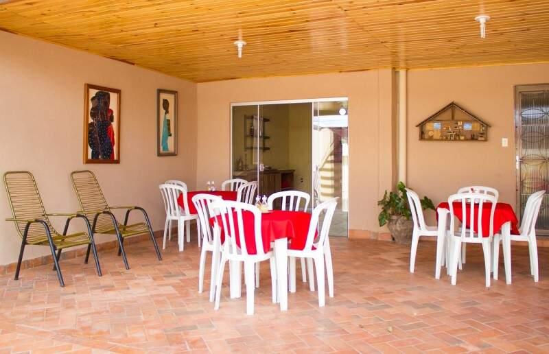 Adriane abriu o estabelecimento em casa, com cadeiras de fio que deixa o espaço familiar.