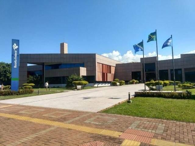 Sede da Receita Federal em Campo Grande; órgão libera consulta ao terceiro lote do IRPF. (Foto: Liniker Ribeiro/Arquivo)