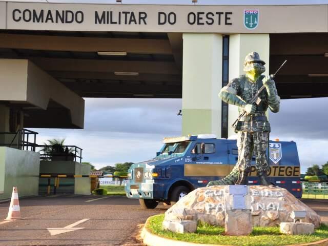 Um jacaré vestido de soldado virou notícia em 25 de maio. Instalado na entrada do CMO - Foto: João Garrigó