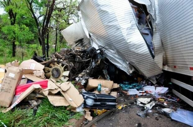 Caminhão baú ficou destruído. (Foto: Márcio Rogério/Nova News)