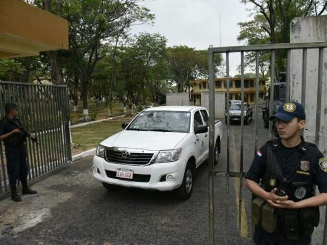 Policiais deixaram quartel da Agrupación Especializada, após buscas em celas de membros do PCC (Foto: ABC Color)