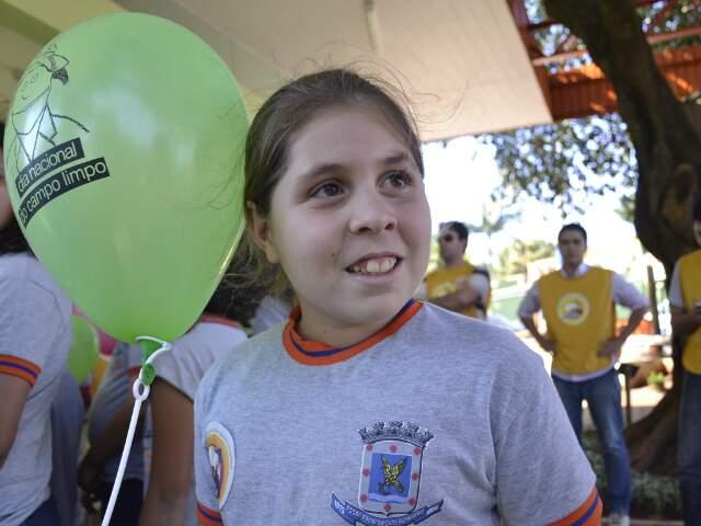 Emanuela, com apenas 9 anos,já esnina aos pais como descartar as embalagens de agrotóxico.