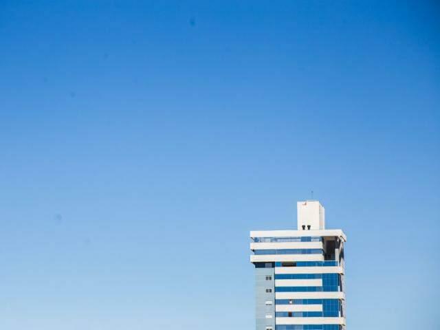 Céu claro e sem nuvens no início da tarde desta terça-feira na Capital (Foto: Fernando Antunes)