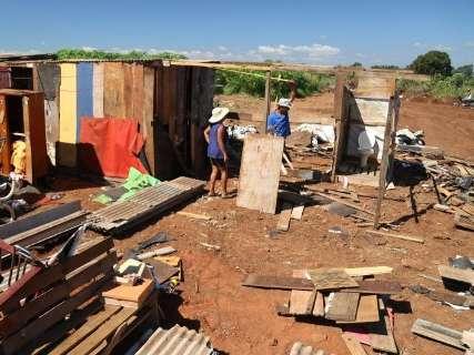 Após mudança, moradores estão sem banheiros em seus novos barracos