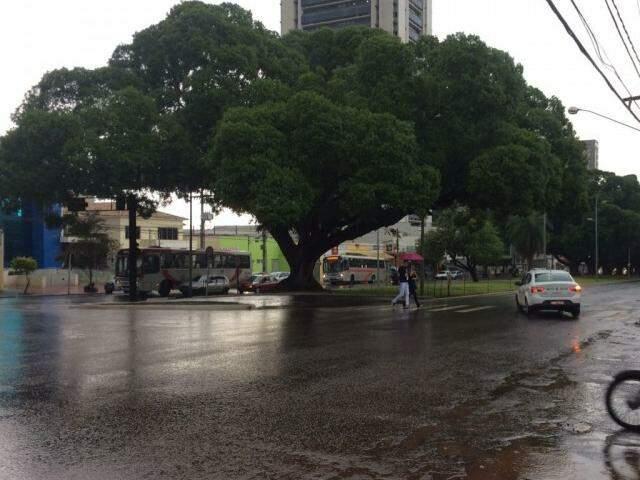 No centro da Capital, apesar de trovões e nuvens carregadas no céu, a forte chuva cessou (Foto: Guilherme Henri)