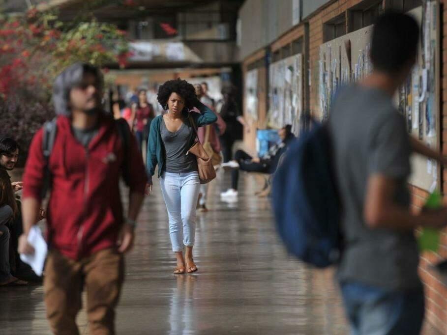 Acadêmicos no corredor de universidade (Foto: Marcello Casal Jr/Agência Brasi/)