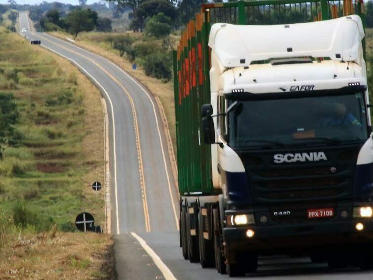 Veículo pesado na rodovia que foi refeita e agora permite viagem em temo mais curto (Fotos: Edemir Rodrigues)