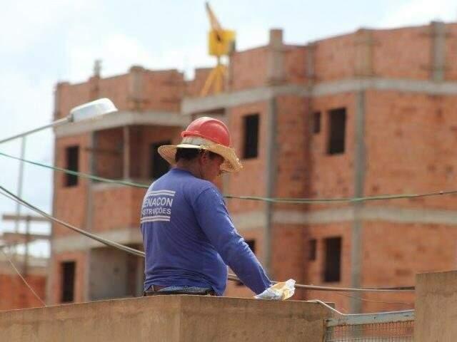 Trabalhador em construção do Minha Casa Minha Vida. (Foto: Arquivo/Campo Grande News)