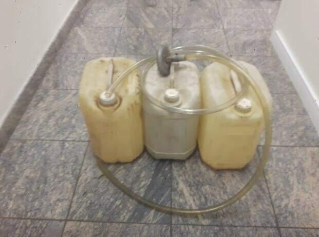Galões que eram usados para furto de combustível em posto no Bairro Nossa Senhora das Graças. (Foto: Polícia Civil)