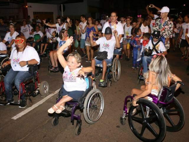 Primeiro bloco participou como convidado e levou pessoas com deficiência para a avenida (Foto: Paulo Francis)