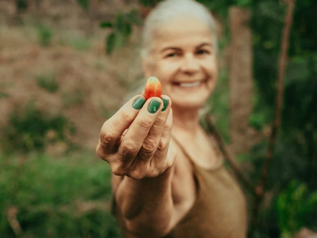 Hoje ela se sente uma mulher realizada e não abre mão de levantar cedo para colher os ingredientes. (Foto: Tui Boaventura)