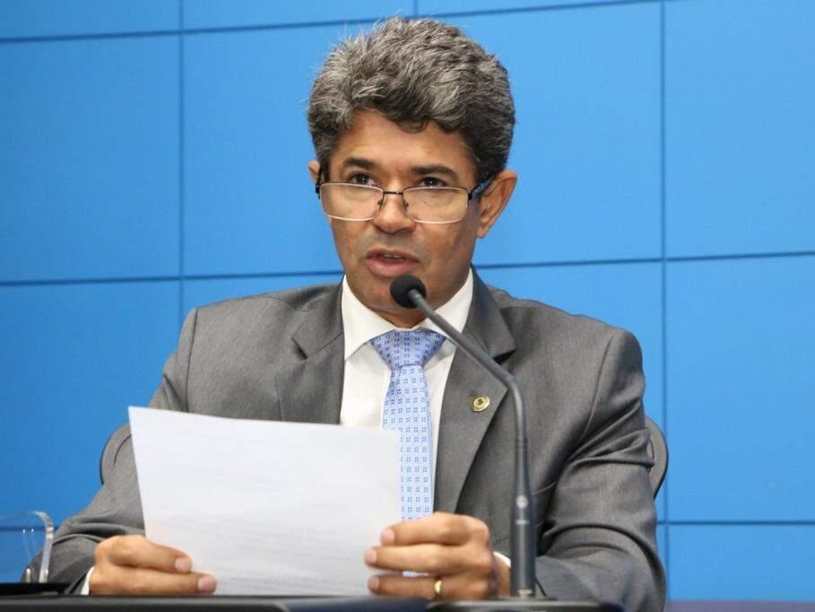 Rinaldo Modesto, do PSDB, durante leitura de documento na Casa de Leis. (Foto: Victor Chileno/ALMS).