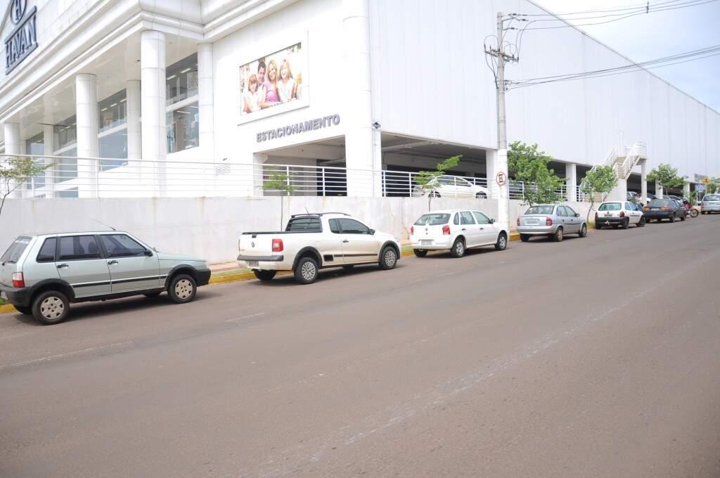 Nas Rua Cubatão, ao lado do Shopping Norte Sul Paza, veículos foram estacionados em local não permitido. (Foto: Paulo Francis)