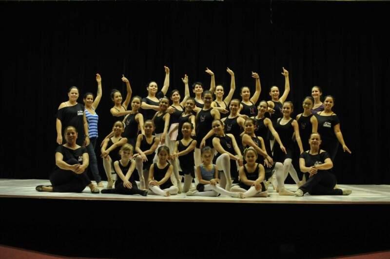 Suzana com parte da sua família: as bailarinas. (Foto: Alcides Neto)