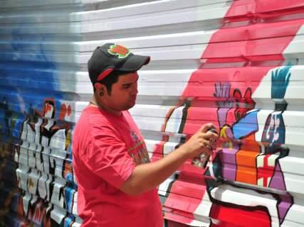 Sem preconceitos, grafiteiros mostram sua arte viva nos tapumes da Praça