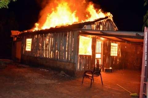Casa é destruída por incêndio e dono é suspeito de provocar o fogo