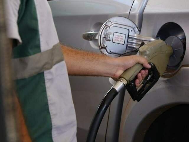 Frentista abastecendo veículo em posto de combustível da Capital. (Foto: Arquivo)