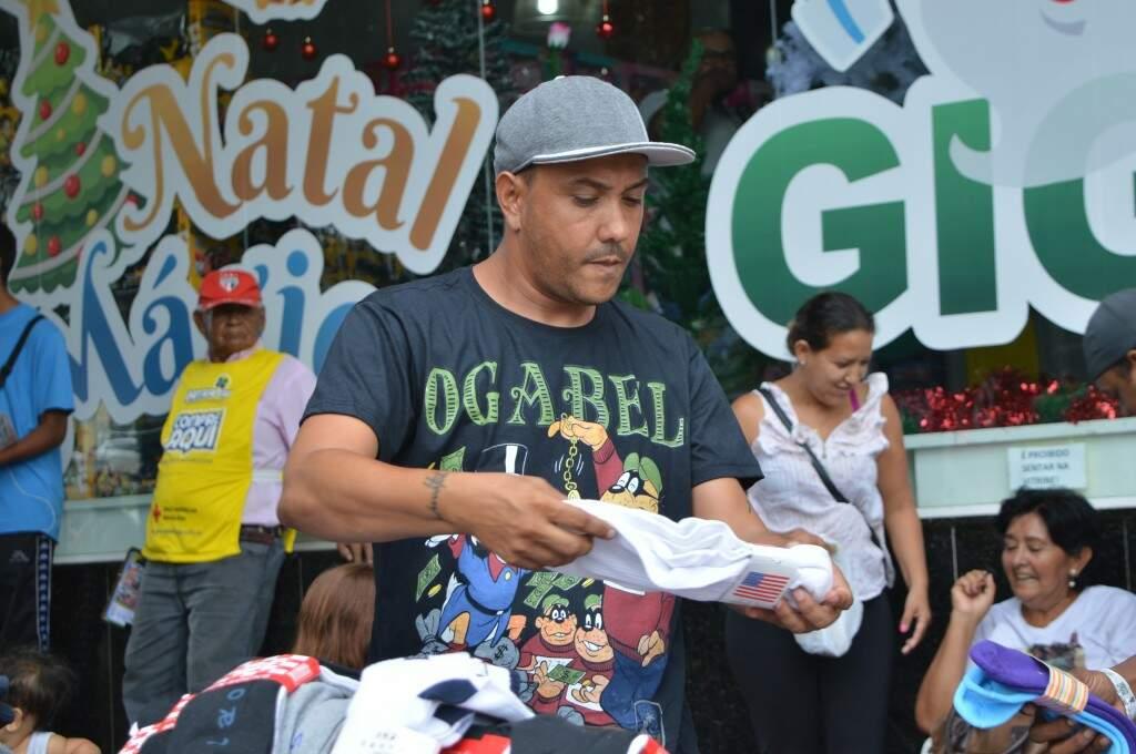 Hoje Paulo segue com venda de meias e cuecas no centro na cidade, no calçadão do Camelódromo.(Foto: Thaís Pimenta)