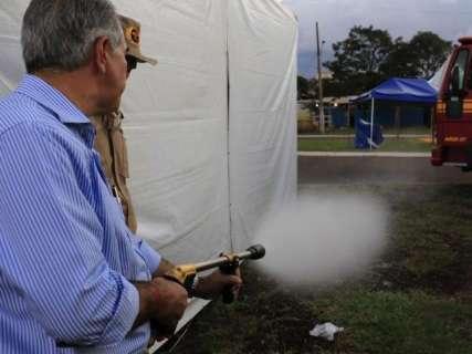 Governador entrega aos bombeiros kits de combate a incêndios florestais em MS