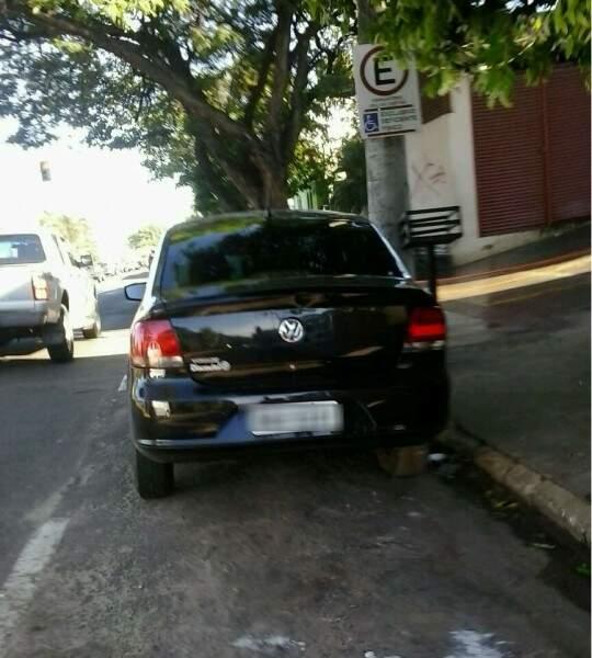 Leitor avisou a Agetran e veículo já foi multado nesta manhã no Centro. (Foto: Direto das Ruas)