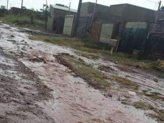 Chuva forte traz à tona problema recorrente em bairros: ruas alagadas