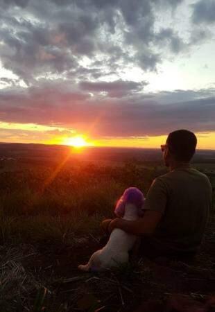 Juca e Murilo descansando e observando o sol se pôr no Morro do Ernesto(Foto: Arquivo pessoal)