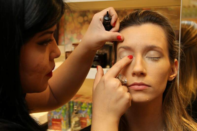 3: corretivo deve ser aplicado com dedo para dar um acabamento melhor em batidinhas suaves embaixo dos olhos e nas pálpebras, seguido do pó.