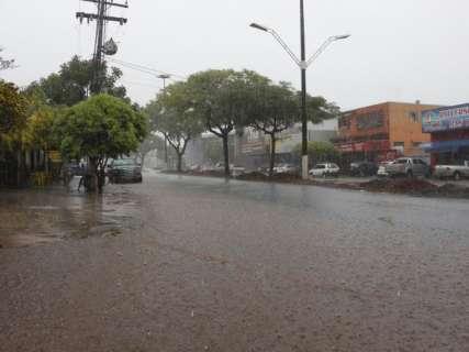 Dourados tem 40 milímetros de chuva em uma hora e ruas ficam alagadas