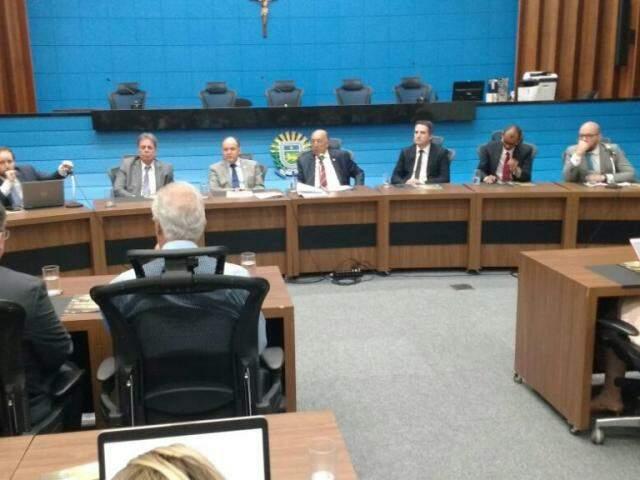 Deputados durante audiência pública no plenário da Assembleia Legislativa. (Foto: Leonardo Rocha).